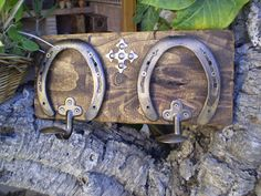 2 ganchos y herraduras en oro viejo. …