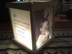 De foto's en tekst zijn eerst geprint, vervolgens ingesmeerd met olie en dan kan je ze op het glas 'plakken'. De luchtbellen moeten er goed worden uitgewreven en klaar. Er zijn twee teksten en twee foto's gebruikt en een snoer kerstlichtjes erin.