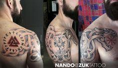 Tatuaje en negro y gris con símbolos Nórdicos.