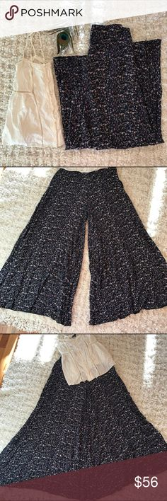Free People🌸Maxi Pants! Sz 4 Free People Maxi Pants! •So pretty! •It looks like a maxi skirt but it's really Pants! • Pretty floral pattern •Zips in the back •Looks cute with a cami or your favorite blouse! Free People Pants Wide Leg
