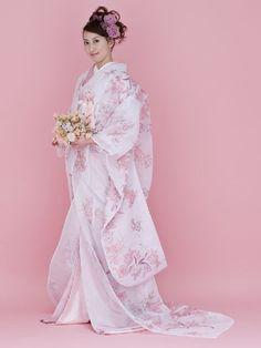 This is a uchikake kimono. In Japan this specific type of kimono is worn on a women's wedding day. Style Oriental, Oriental Dress, Oriental Fashion, Asian Fashion, Traditional Kimono, Traditional Fashion, Traditional Dresses, Traditioneller Kimono, Mode Kimono
