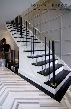 Perfect staircase design by Thomas Pearce Perfektes Treppendesign von Thomas Pearce Architektur # Stair Railing Design, Staircase Railings, Banisters, Stairways, Design Of Staircase, Black Banister, Black Staircase, Marble Staircase, Interior Staircase