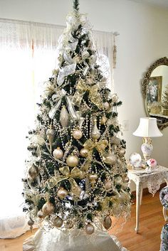 Love this Christmas tree—pretty white & gold accents—esp love the crystal garland—creates an elegant tinsel look❣
