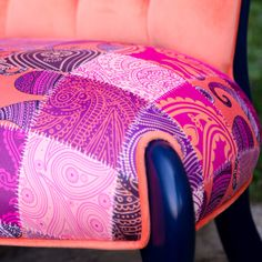 Renkli ayaklı ve renkli kumaşlarla döşenmiş berjer satışı www.enmodahome.com'da.