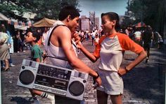 Martha Cooper was a photo-journalist living in New York City when she first began documenting the origins of B-boy (short for break-boys) and hip hop culture. *posted by Hip Hop Fusion Martha Cooper, Break Dance, Style Tumblr, Jamel Shabazz, Estilo Hip Hop, Graffiti Girl, Graffiti Games, Neo Soul, Boombox