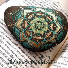 Stone art - Painted rocks - Stone painting - Pebble art - Mandala rocks - Rock crafts - Mandal S Mandala Art, Mandala Rocks, Mandala Painting, Pebble Painting, Dot Painting, Pebble Art, Stone Painting, Mandala Design, Creation Art