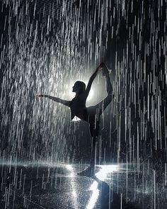 photo yoga noir et blanc \ photo yoga & photo yoga poses & photo yoga noir et blanc & photo yoga nature & photo yoga plage & photo yoga inspiration Photo Yoga, Dance Poses, Yoga Poses, Ballet Photography, Photography In The Rain, Amazing Dance Photography, Beauty Photography, Photography Poses, Dancing In The Rain