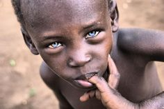 Africans do have blue eyes such as this youth from Gambia, W Africa. And, NO, Africans dont have to be mixed with Europeans to have blue eyes either, because this part of the uniqueness of the African gene. Black With Blue Eyes, People With Blue Eyes, Blue Green Eyes, Beautiful Babies, Beautiful People, Beautiful Children, Rare Eyes, Gorgeous Eyes, Amazing Eyes