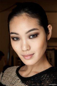 Se as suas sobrancelhas apresentam falhas, a maquiagem pode corrigir as imperfeições de acordo com seu formato de olho