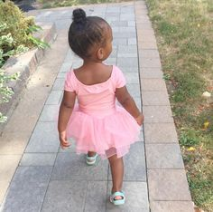 Look at this little girl! Sooo cute outfit and high bun ☺☺☺ #cutebaby #highbun #pink