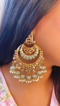 Gold Jhumka Earrings, Indian Jewelry Earrings, Indian Jewelry Sets, Jewelry Design Earrings, Indian Jewellery Design, Gold Earrings Designs, Fancy Jewellery, Statement Earrings, Fashion Jewelry