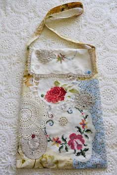 Floral Doily Market Bag ~ this would be fun to make (I just have to remember how to thread my sewing machine ??)