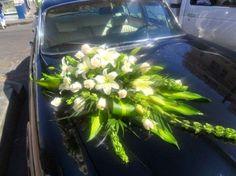Elegante arreglo de flores para el auto de los novios
