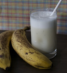 Recipes from South America: Banana milk, leche con platano I Love Food, Good Food, Yummy Food, Chilean Recipes, Chilean Food, Healthy Fridge, Kids Meals, Easy Meals, Pinterest Recipes