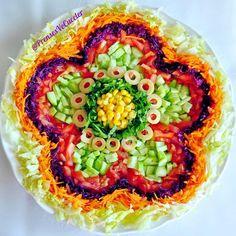 u # In the heat☀️ # Me🙋🏻 diejenigen, die # sind . Salad Presentation, Salad Design, Best Fruit Salad, Comida Keto, Food Garnishes, Food Decoration, Food Platters, Food Diary, Teller