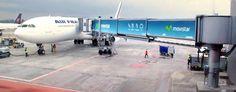 Toma especial con Branding exterior en puentes de abordaje en el Aeropuerto Internacional Eldorado - Bogotá Innovation, Aircraft, Delivery, Branding, International Airport, Conveyor System, Airports, Bridges, Aviation