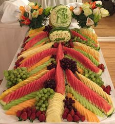 Fruit Tray Designs, Fresh Fruit Cake, Fruit Creations, Fruit And Vegetable Carving, Food Carving, Fruit Salad Recipes, Fruit Displays, Catering Food, Fruit Art