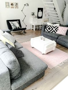 meuble scandinave pas cher, tapis rose pale, canapé gris dans le salon avec esprit loft