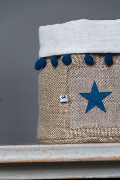 Fourre-tout POMPONS – Etoile bleue– Taille M Détails : Pompons bleu et étoile bleueréalisés à la main au pochoir. Ce fourre-touten lin épais, doublé en lin blancà l'intérieu…