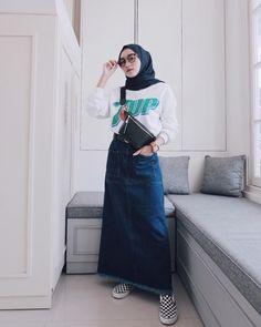 Pin by royal hijab on hijab + skirt платья, сарафаны, юбка Modern Hijab Fashion, Muslim Fashion, Modest Fashion, Fashion Outfits, Jeans Fashion, Womens Fashion, Casual Chic, Casual Hijab Outfit, Hijab Chic