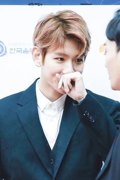 Baekhyun - 170222 6th Gaon Chart Awards, red carpet Credit: Baek Your Time. (제6회 가온차트 어워즈)