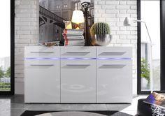 Klare Linien, zeitlose Formen und Fronten in hochglanz weiss lassen dieses Sideboard zu einem echten Glanzstück in Ihrem Wohnraum werden. Besondere Hingucker sind die beleuchteten Glasböden, die sich durch die Front ziehen. Sideboard weiss hochglanz 23-00753