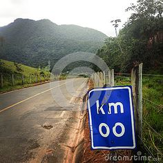 The image shows the beginning of a road in Southeast Brazil, the kilometer zero. Evoking the feelings of hope, future ahead.