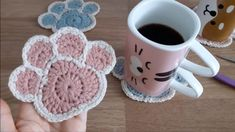 Crochet Paw Coaster Featured Image - Learn to crochet this unique coaster that is in the shape of a cute animal paw! Watch the video tutorial to learn making this adorable crochet paw coaster. Bandeau Crochet, Crochet Cord, Double Crochet, Easy Crochet, Tutorial Crochet, Crochet Baby Hats, Crochet Slippers, Blanket Crochet, Crochet Beanie