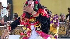 The Wisdom of Humor. ✨💛✨ Balinese Topeng Pajegan performance by #TengkulakKaja dancer, from our village - to honor & bless our mural creation by @NiloferSuleman & @shiloshivsuleman . . . . . #wuweiwisdomsanctuary #wuwei  #topeng #bali #ubud #balilife #bespoke #wuweibali #indonesiaindah