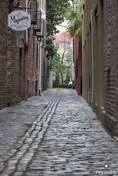 Lodge Alley, a narrow cobblestone alley dating back to the connecting historic East Bay Street and State Street. It is reportedly the site of as many as 50 duels ~ Charleston AND you can stay at Lodge Alley Inn! Charleston Sc, Charleston South Carolina, Charleston Restaurant, Carolina Usa, Great Places, Places To See, Beautiful Places, Beaux Villages, South Carolina