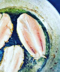 Saptamana trecuta am gasit sardine la supermarket-ul din colt. Am luat o caserola, de proba. A doua zi am luat doua. Astazi am mai luat trei. Nu ma mai pot satura. Le-am gatit de fiecare data in ti…