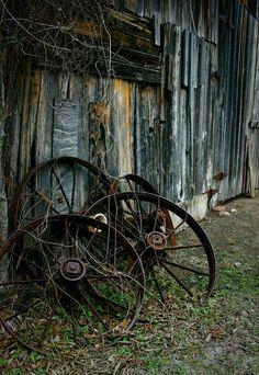 old, rusty farm wheels abandoned barn Abandoned Houses, Abandoned Places, Old Houses, Farm Houses, Country Barns, Country Life, Country Living, Country Scenes, Le Far West