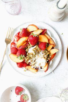 Learn To Make Seared Ahi Tuna! It's Easy and Delicious. Ahi Tuna Marinade, Seared Ahi Tuna Recipe, Seared Tuna, Tuna Steak Recipes, Fish Recipes, Salad Recipes, Panera Green Tea, Burrata Salad, Best Fruits