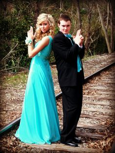 cute-prom-poses prom-pictures (love this dress too! Homecoming Poses, Prom Poses, Senior Prom, Prom Picture Poses, Pic Pose, Picture Ideas, Dance Pictures, Cute Homecoming Pictures, Prom Photography