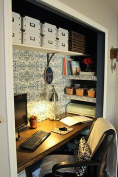 Incredible Small Home Office Layout Suggestions (Images) - Welcome to our small home office image gallery showcasing several home office ideas of all kinds, designs and shades. You do not need a large room to have a terrific home office, research or den. Office Images, House, Closet Office, Small Room Design, Small Workspace, Home Office Layouts, Diy Office, Small House Design, Cheap Office Furniture