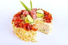 Dort připravený z plátků toustového chleba, sýrové náplně, šunky, salámu a dalších dobrot.