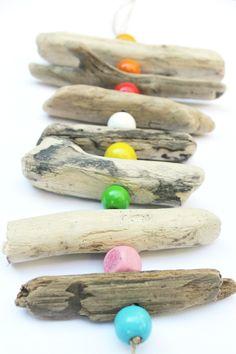 Ghirlanda-con-legnetti-di-mare-e-perline-colorate.