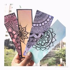 These are super adorable Doodle art bookmarks set for all the book lovers out there🤘🏻 Width (approx) Length (approx) Color: Purple, Red, Bluegreen, Orangish yellow Mandala Doodle, Mandala Art Lesson, Mandala Artwork, Easy Mandala Drawing, Doodle Art Drawing, Zentangle Drawings, Pencil Art Drawings, Creative Bookmarks, Diy Bookmarks