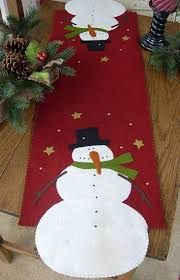 Bunny Hugs-Primitive Doll Patterns {For Christmas} Snowman Crafts, Christmas Projects, Felt Crafts, Holiday Crafts, Table Runner And Placemats, Table Runner Pattern, Christmas Runner, Christmas Decorations, Quilted Table Runners Christmas