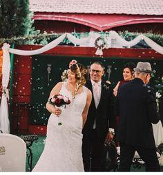 Nuestra novia #innovias Raquel y el novio a la salida de la ceremonia de boda bajo una lluvia de pompas de jabón. En #innovias os contamos el simbolismo de la tradición de lanzar arroz a los novios. Wedding Dresses, Fashion, Wedding Ceremonies, Rain, Bass, Rice, Bridal Gowns, Weddings, Bride Dresses