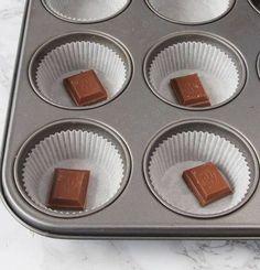 2. Ställ ut ca 15 muffinsformar på en plåt (eller i en muffinsform). Lägg en chokladbit i varje form.