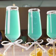 Tiffany Mimosas The ribbons are optional but they re also super adorable easyrecipe mimosa tiffanys cocktail bridalshower Fancy Drinks, Summer Drinks, Cocktail Drinks, Champagne Cocktail, Summer Food, Summer Desserts, Cocktail Recipes, Drinks With Vodka, Blue Alcoholic Drinks