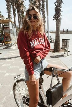 Summer vibes | Palm trees | Bucket list | Biking | Vacation | Denim shorts | Summer | Sweater | Sunglasses | Inspo | More on fashionchick.nl