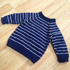 Little explorers like comfortable clothes. This raglan jumper is knitted seamlessly from the bottom up. Narrow stripes and mirrored decreases make this jumper a classic.