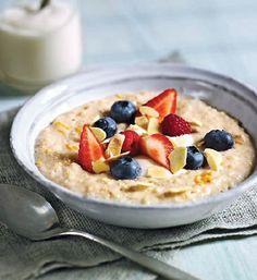 Porridge mit Mandeln und frischen Beeren