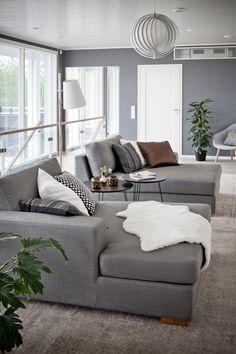 sohva,makuuhuone,oleskelutila,vaaleat sävyt,sisustustyynyt,olohuone,sohvaryhmä,divaani,harmaa,maalattu seinä,talja,sivupöytä,sohvapöytä,koriste-esineet,jalkalamppu,nojatuoli,skandinaavinen modernismi (50-60 luku)
