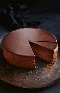 Dark chocolate mousse cake This dessert is a chocoholic's dream of rich, intense and delicious flavours. Make it ahead to serve as the star of your next dinner party. Just Desserts, Delicious Desserts, Gourmet Desserts, Plated Desserts, Cheesecake Recipes, Dessert Recipes, Dark Chocolate Mousse, Nutella Mousse, Chocolate Mousse Cake Filling