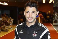 Beşiktaş, transferi için görüşmelere başlandığını borsaya bildirdiğiAlmanya'nın Hamburg takımında forma giyen 24 yaşındaki Tolgay Arslan ile 3,5 artı 1 yıllık sözleşme imzaladı. Beşiktaş Futbol Yatırımları Sanayi ve Ticaret AŞ'den Borsa İstanbul'a gönderilen ve Kamuyu Aydınlatma Platformu'nda da yer alan açıklamada, Tolgay Arslan ile 3,5 artı 1 yıllık sözleşme imzalandığı, kulübü Hamburg'a da sözleşme fesih bedeli olarak 450 bin avro ödeneceği bildirildi. Açıklamaya göre, Tolgay'ın ...