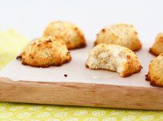 Kokosmakronen - Chicks love little ones Healthy Cake, Healthy Treats, Healthy Recipes, Healthy Food, Baking Recipes, Cake Recipes, Paleo Cookies, Lunch Snacks, High Tea