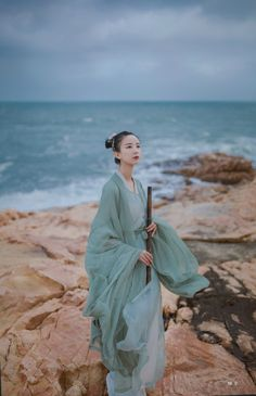 Hanfu (han chinese clothing) in the style of the Wei and Jin Dynasties (220-420 AD). Wei/Jin Hanfu is generally large and loose. This outfit is made up of three layers: a white inner Danyi/单衣, a green Zhiju/直裾 (straight-hem robe), and a green outer Daxiushan/大袖衫 (large-sleeve robe). Photoset via 糖糖糖衣. Hanfu from 司南阁/Sinange.
